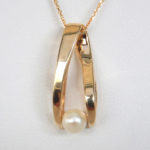 contemporary pearl pendant in yellow gold setting