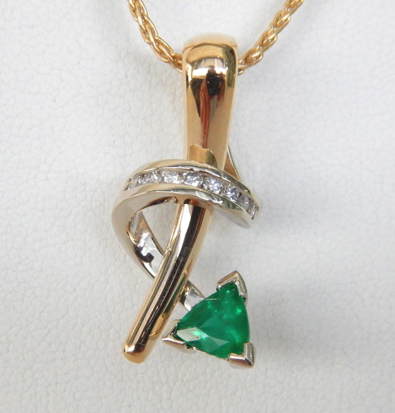 contemporary emerald and diamond pendant in yellow gold setting