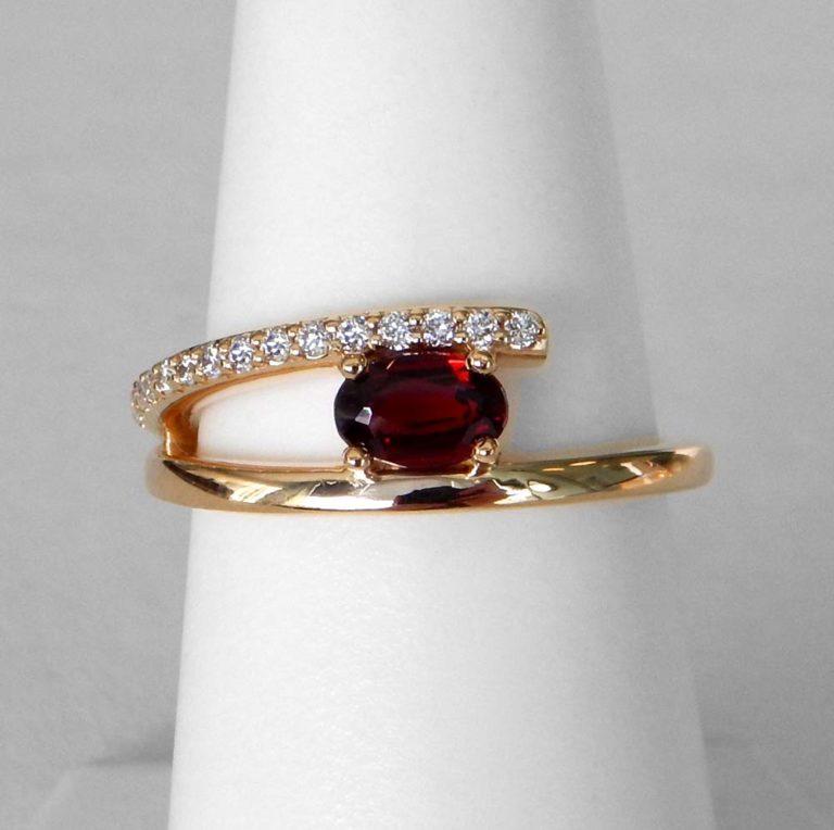yellow gold garnet and diamond fashion ring