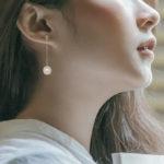 sterling silver freshwater pearl dangle earring on model